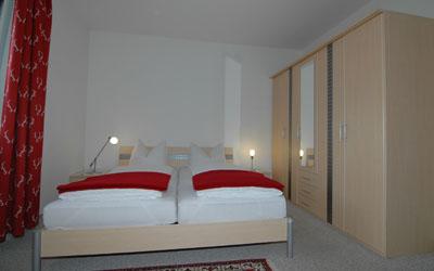 http://kleinwalsertal-fewo.de/wp-content/uploads/2015/11/apartmenthaus-ahorn-schlafzimmer1.jpg